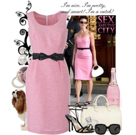 Розовое платье с черными туфлями