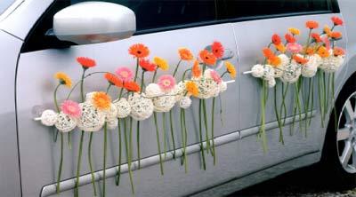 Как украсить свадебную машину красиво и стильно? Фото и видео: http://elleonora.ru/dom-i-semya/svadba/161-kak-ukrasit-svadebnuyu-mashinu