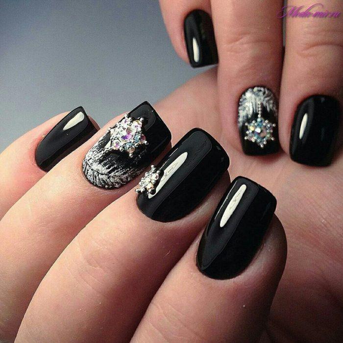 Тенденции и новинки маникюра на новый год обратим внимание на самые востребованные виды праздничного дизайна ногтей.