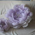 Как сделать объемные цветы из бумаги своими руками для украшения зала
