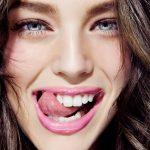Как отбелить зубы с помощью активированного угля