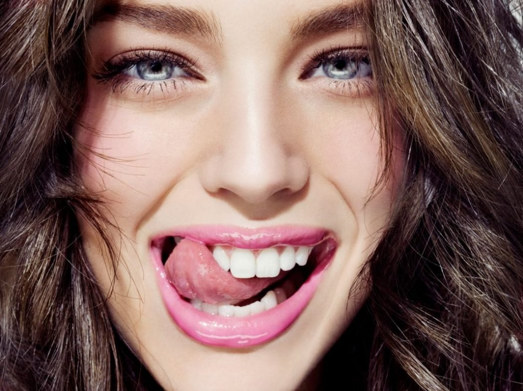 Отбеливание зубов с помощью активированного угля