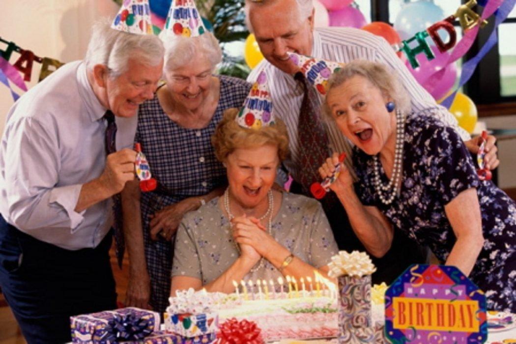 Что подарить женщине на 60 лет: не дорого, но со вкусом!