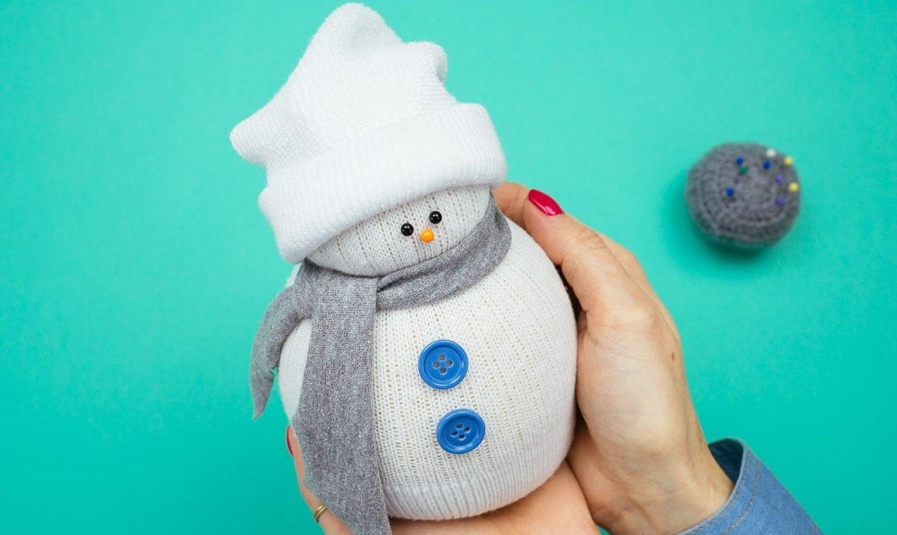 FSDzy0pHne8-e1509976079734 Снеговик из помпонов своими руками: мастер-класс по созданию
