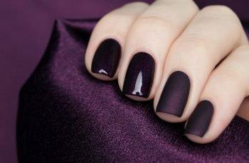 Темный лак на короткие ногти