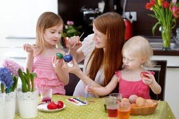 Дочки и мама готовятся к Пасхе