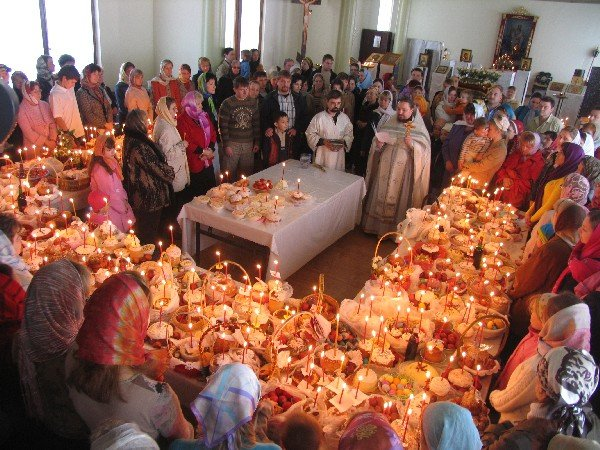 Освящение куличей в церкви