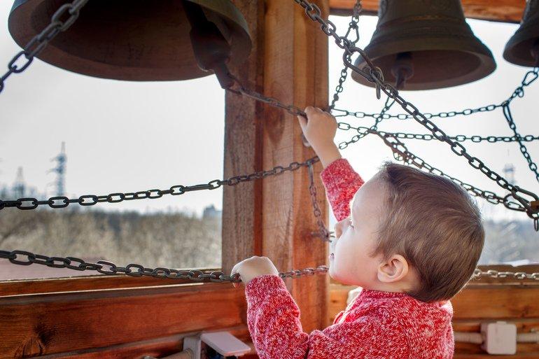 Мальчик звонит в колокол