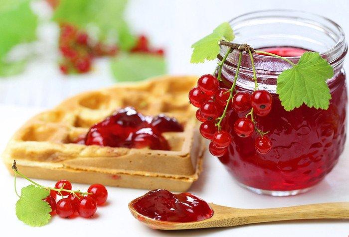 Простой рецепт вкусного желе из красной смородины на зиму