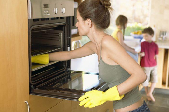 Как быстро очистить духовку от застарелого жира и нагара
