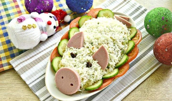 Праздничный салат на Новый год 2019 в виде свиньи