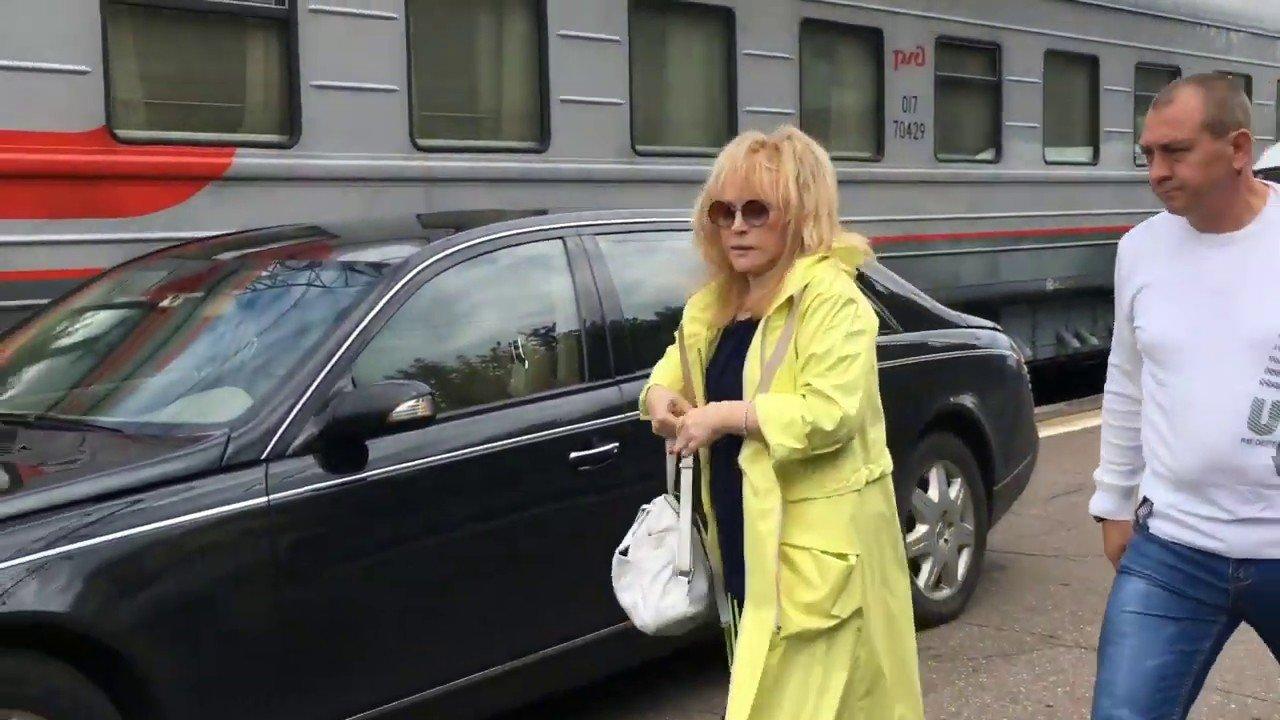 Алла Пугачева приехала на перрон на Майбахе