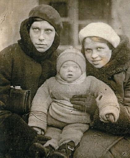 Алиса в детстве с родителями