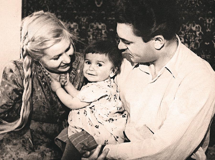 Инна Макарова с первым мужем Сергеем Бондарчуком и дочкой Натальей