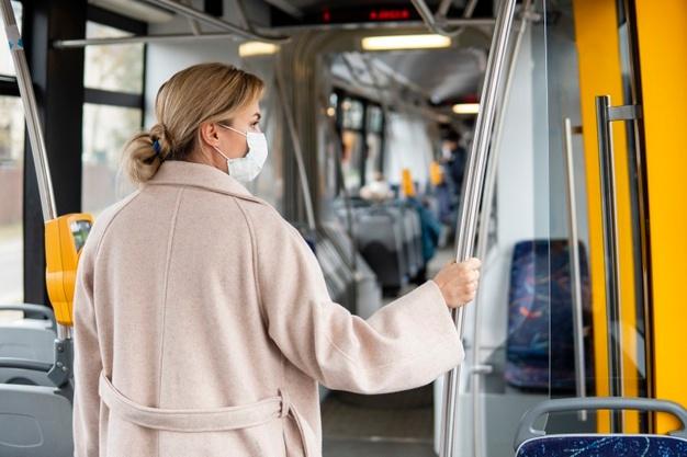 Медицинская маска поможет избежать столкновения с вирусами.