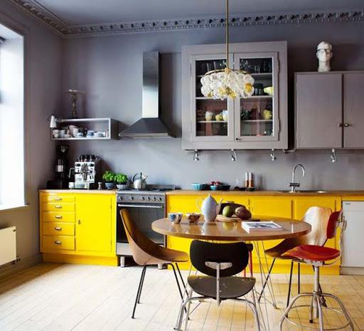 Интерьер кухни с яркими элементами