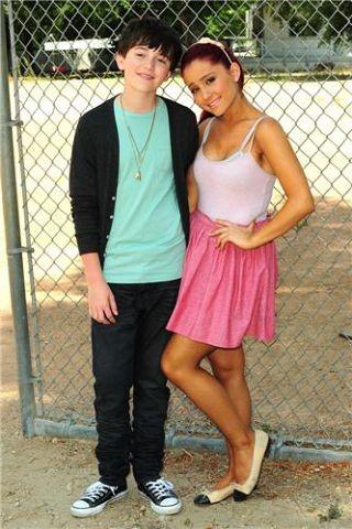 """Ариана и Грейсон Ченс на съемках видеоклипа """"Unfriend You"""", 2011 г."""