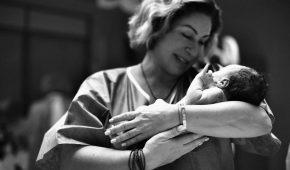 Миниатюра к статье Мама Тимати Симона Юнусова показала, как купает новорождённого Ратмира в раковине на кухне